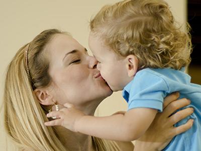 Darle-Besos-a-los-Bebes